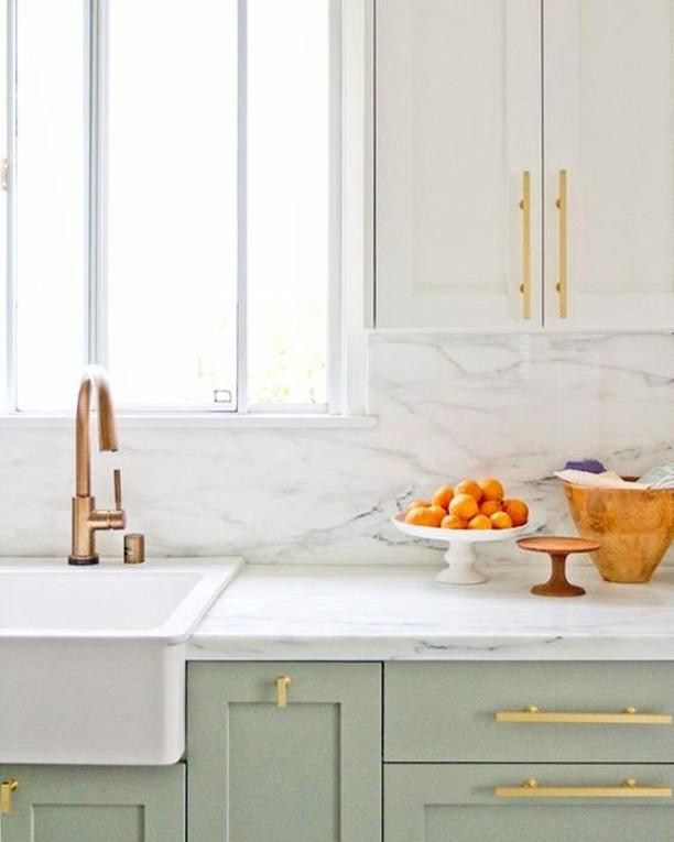 Green, White and Gold - this stunning colour combination is the perfect inspiration for your next kitchen reno!  #RenoGuide #Kitchen #KitchenGoals #KitchenInspo #InteriorDesign #ColourScheme #ColourTheme #Inspo