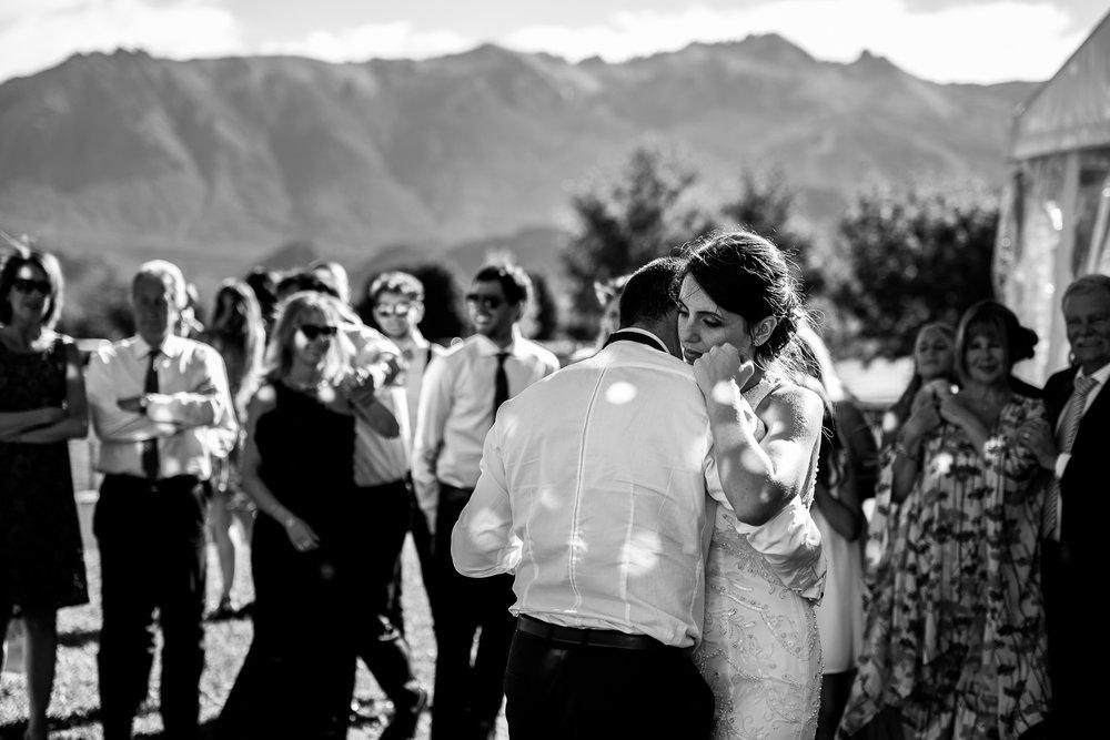 boda-bariloche-maxi-oviedo-fotografo-ramo-vestido-de-novia-54.jpg