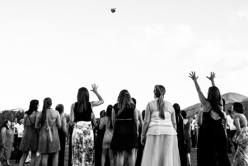 boda-bariloche-maxi-oviedo-fotografo-ramo-vestido-de-novia-67.jpg