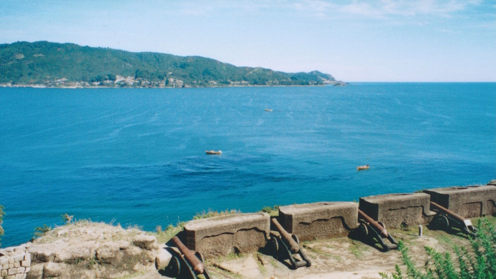 Pic: The Cannons of Niebla Fort face out onto the Pacific Ocean