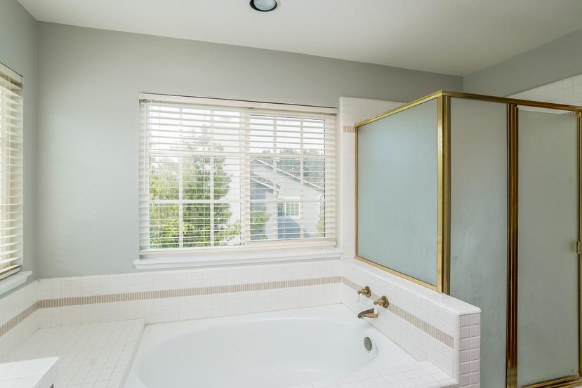 033-Master_Bathroom-3717890-small.jpg