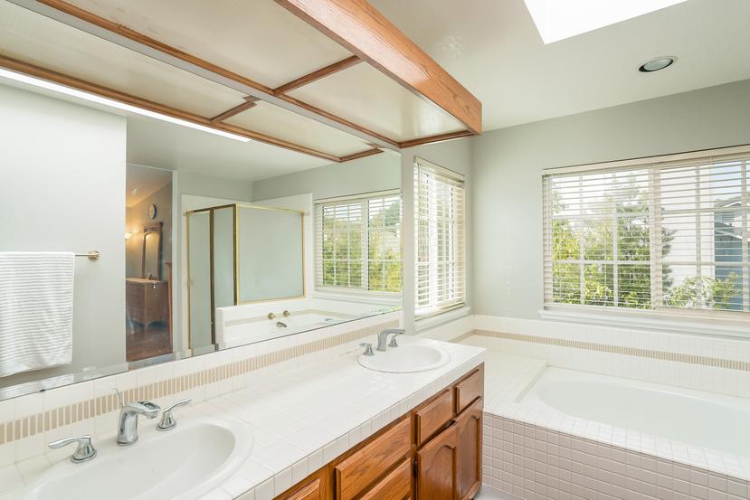 034-Master_Bathroom-3717887-small.jpg