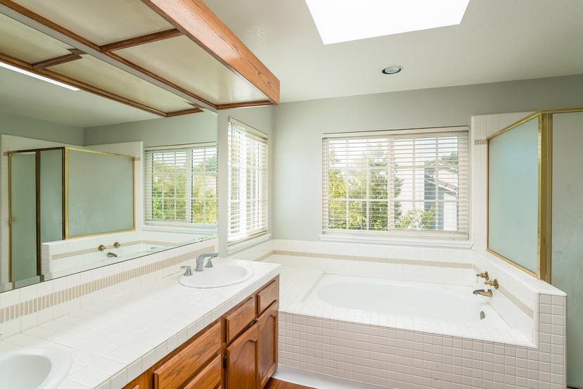 035-Master_Bathroom-3717888-small.jpg