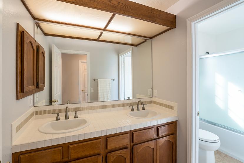 043-Bathroom-3717879-small.jpg