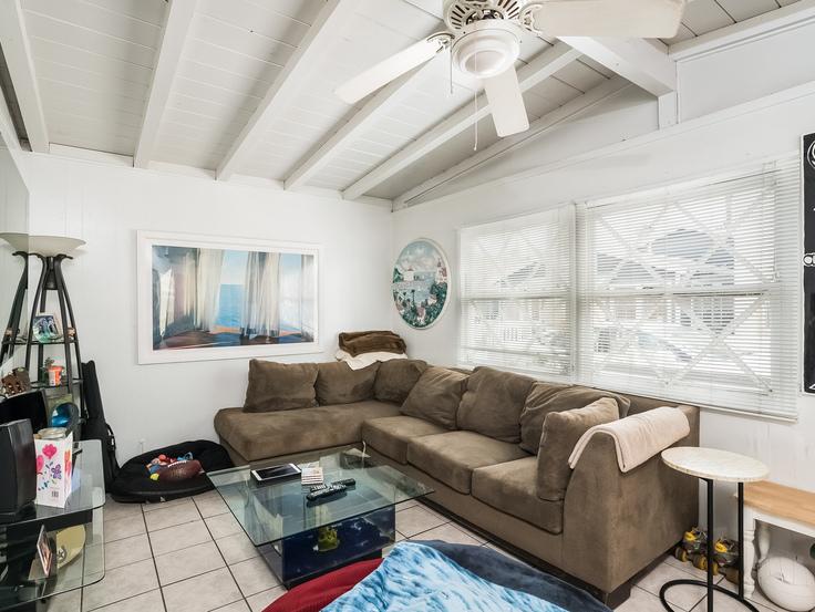 006-Living_Room-3736768-small4x3.jpg