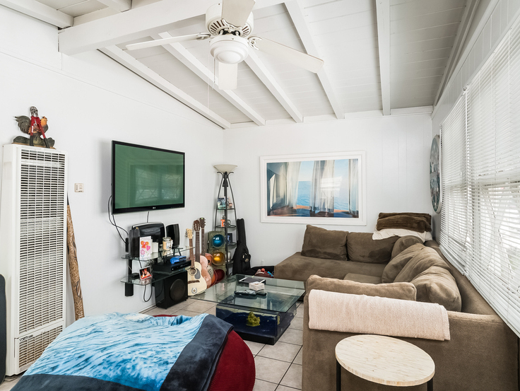 008-Living_Room-3736774-small4x3.jpg