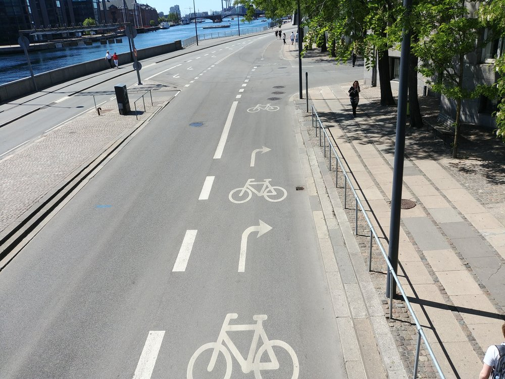 Right turn for cars and through bike lane in Copenhagen