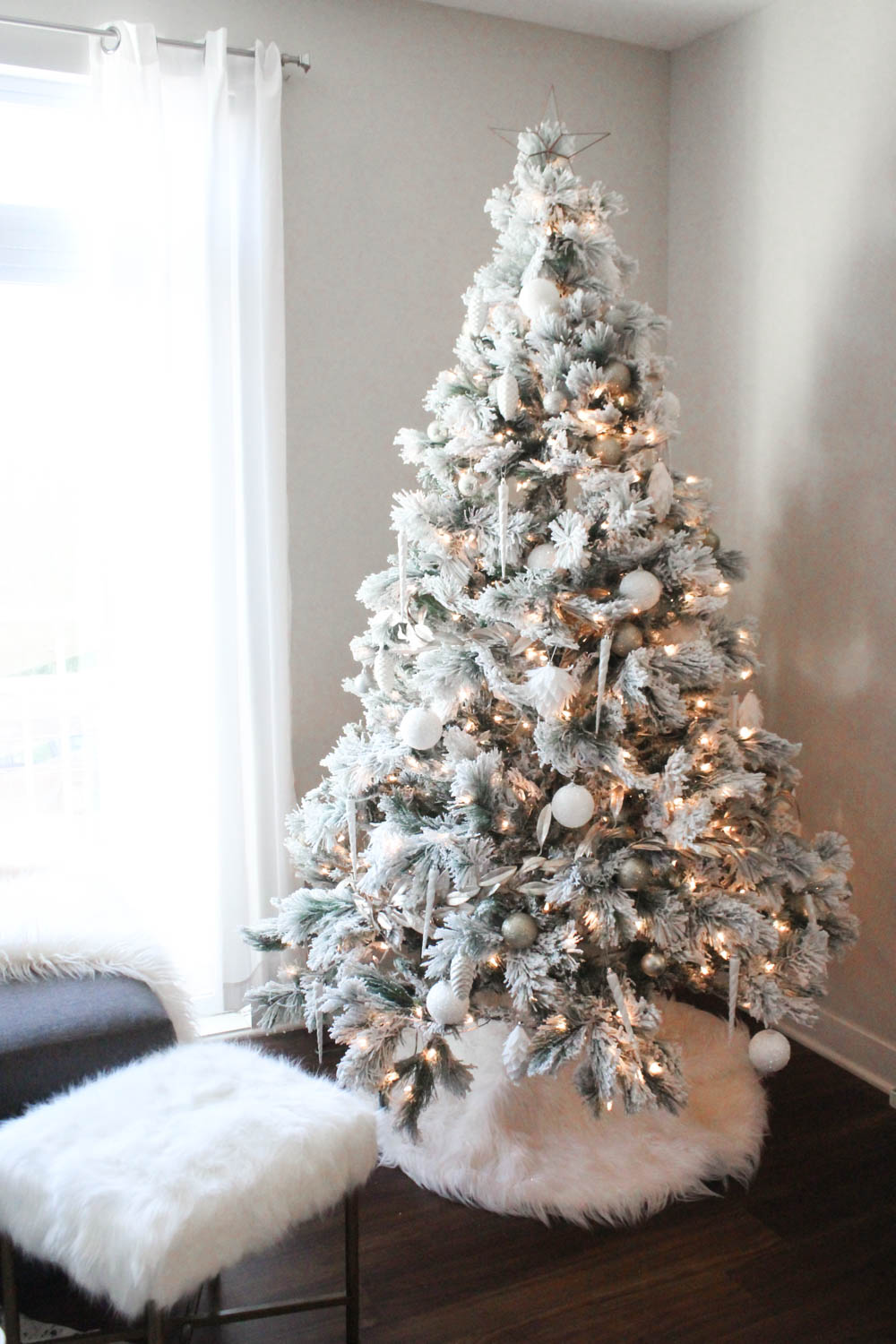 white and gold christmas decor