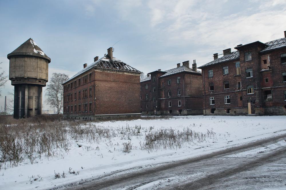 Le quartier de Prednadrazi Street, composé de neuf blocs, est un des 17 lieux d'exclusion sociale identifiés sur le district d'Ostrava. Depuis l'été dernier, tout a été laissé à l'abandon, sauf le bloc 8 où des familles subsistent encore.