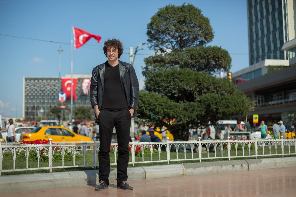 "Özgür Mumcu - Chroniqueur au journal ""Radikal"" et professeur d"