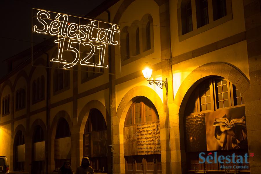 La BHS étant fermée au public, douze de ces clichés sont installés sur la façade du bâtiment. puis à la gare de Sélestat.
