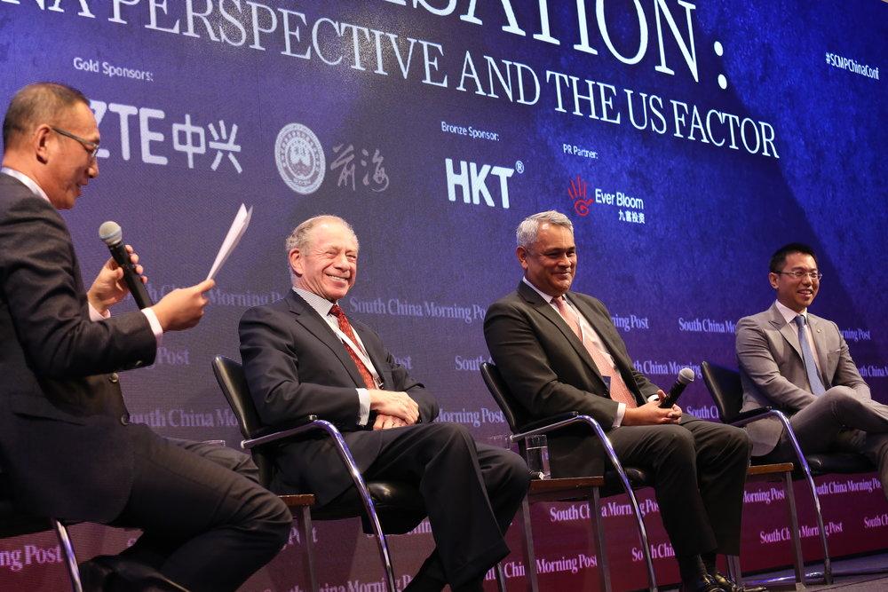 (图左起)《南华早报》编务顾问王向伟先生、鹏睿金融团主席法兰克•纽曼先生、瑞信私人银行亚太区首席投资总监伍泽恩先生、安盛投资管理公司新兴亚洲高级经济师姚远先生。