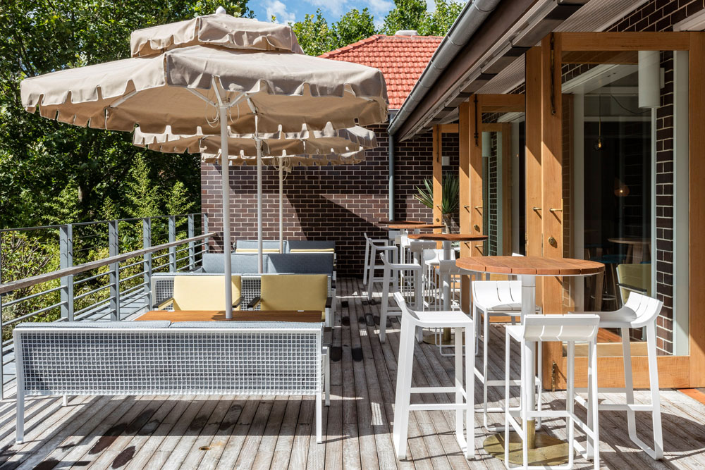 The tilbury hotel restaurant bar woolloomooloo sydney for Deck 8 design hotel soest