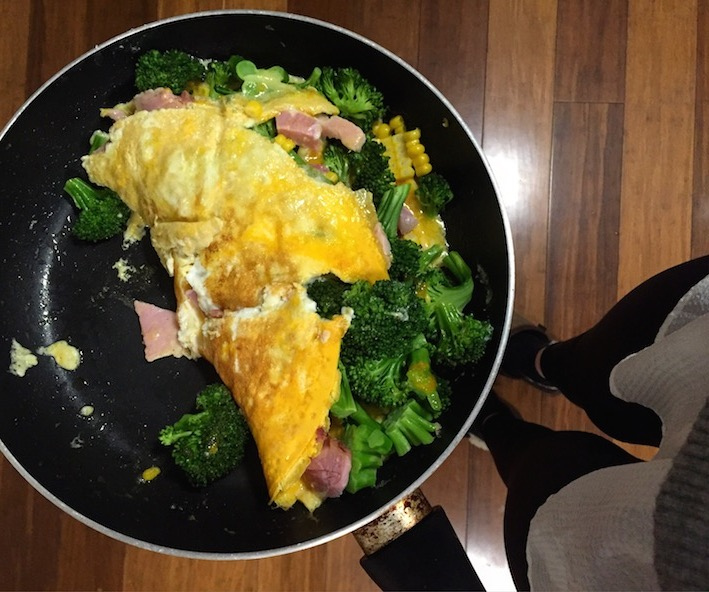 Broccoli, corn and ham omlette, so easy and delicious.