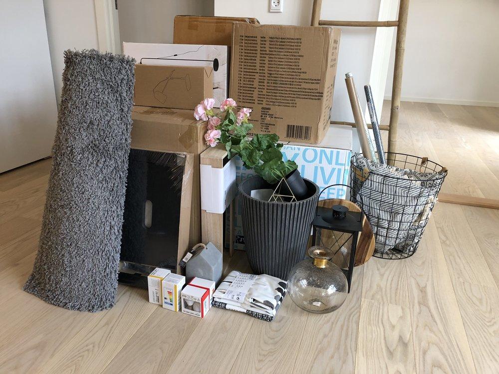 Så er det bare at sætte i gang med udpakning af masser af spændende møbler og accessories.