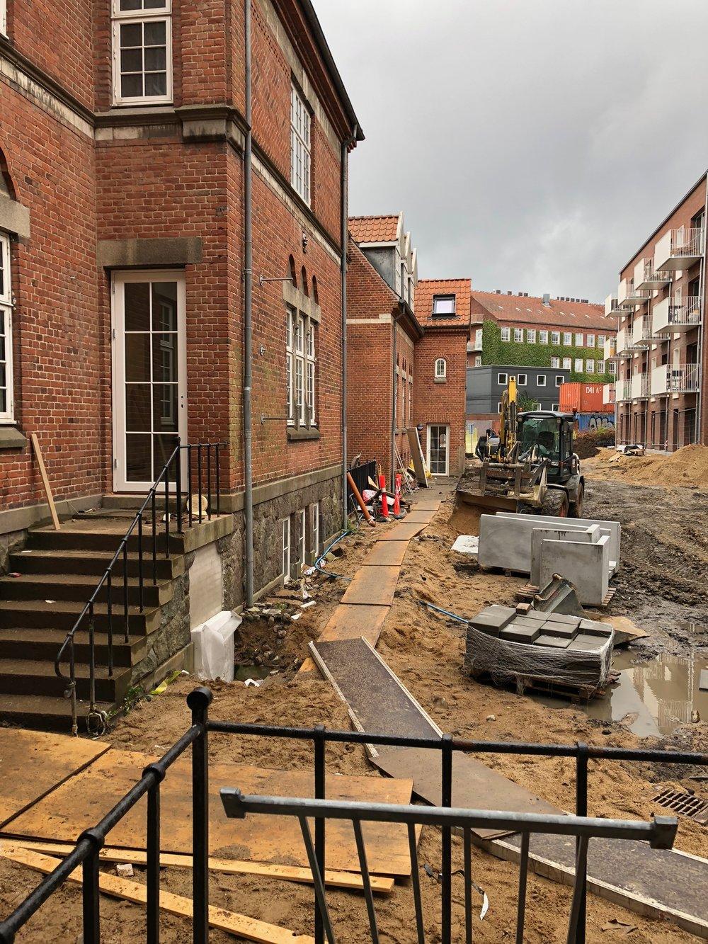 Smukt gammelt byggeri i hjertet af Århus bliver renoveret og forvandlet til skønne lejligheder.