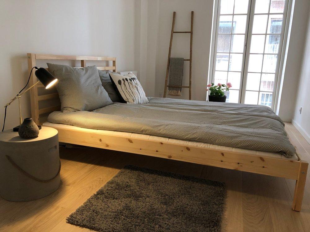 Smukke hvide rum bliver forvandlet til en hyggelige bolig.