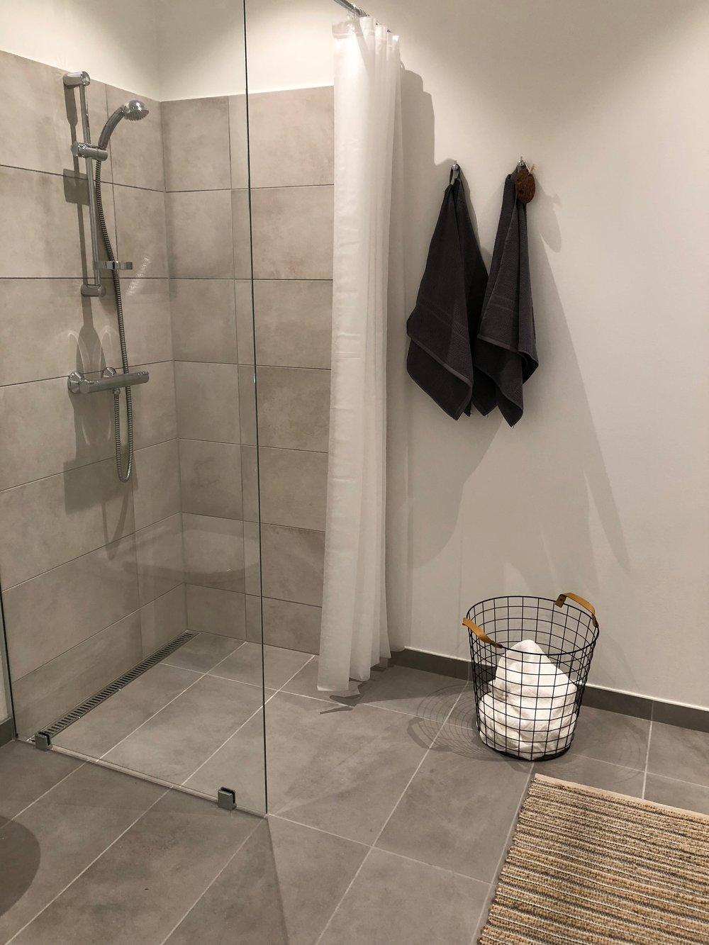 Badeværelset er stort og rummeligt. Nu er det også blevet hyggeligt og rart at være i.