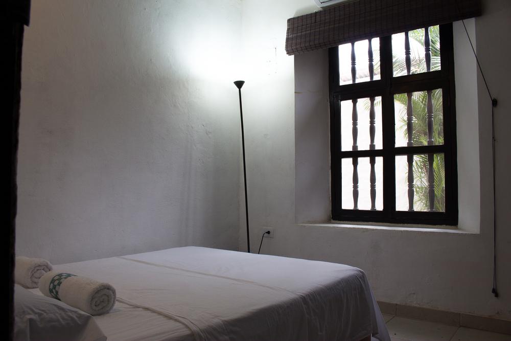 Habitaciones privadas con colchones dobles o semidobles, con aire acondicionado, amplio closet, luminosas, toallas incluidas, servicio de limpieza diario.
