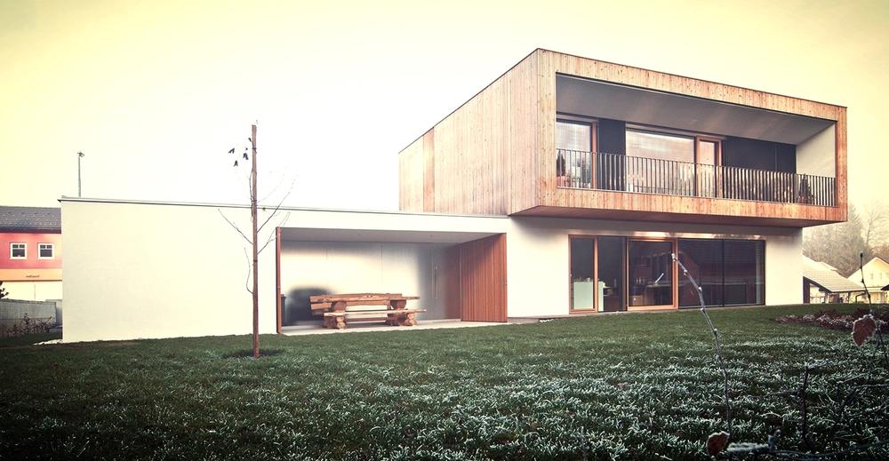 Lesena pasivna hiša z nadstreškom in integrirano letno kuhinjo