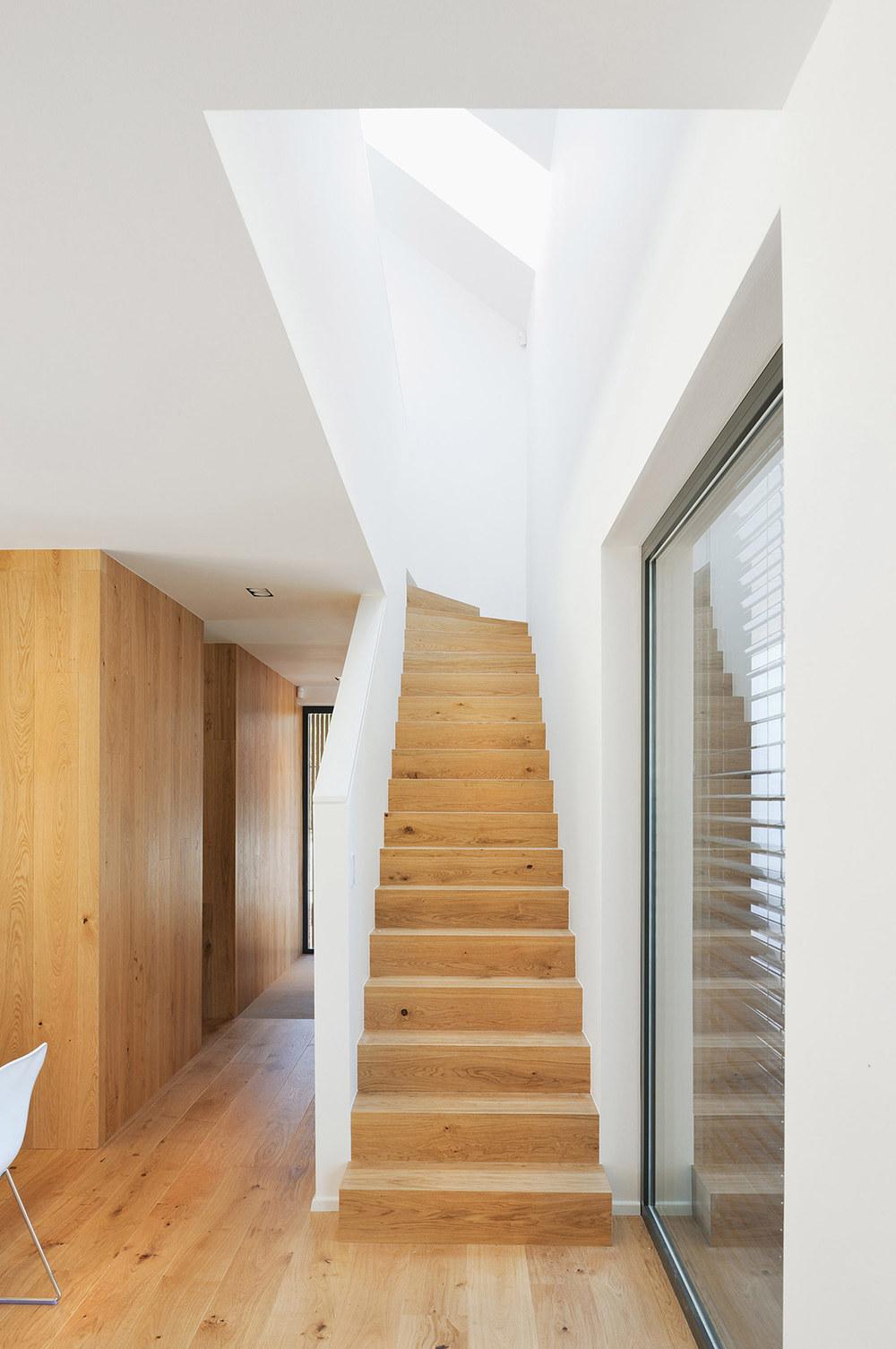 Notranjost aktivne hiše Lumar - stopnišče