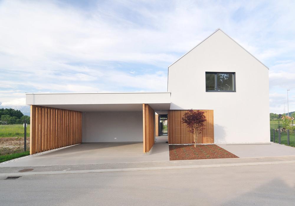 Nadstrešek in hiša, dva povezana in oblikovno usklajena elementa.
