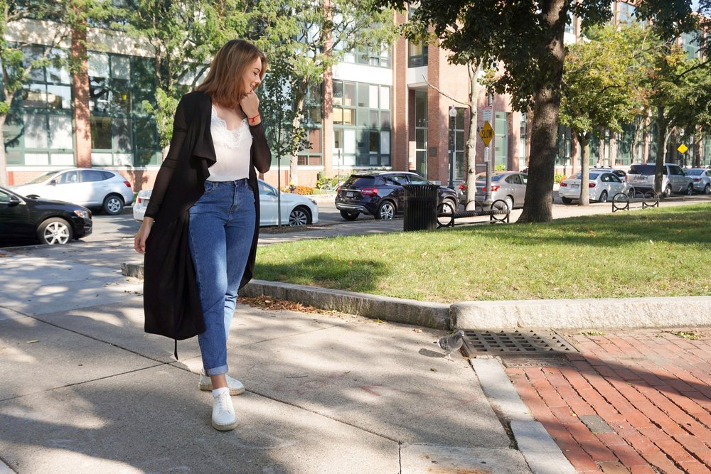 Street style: mom jeans, white sneakers, white top, and duster.