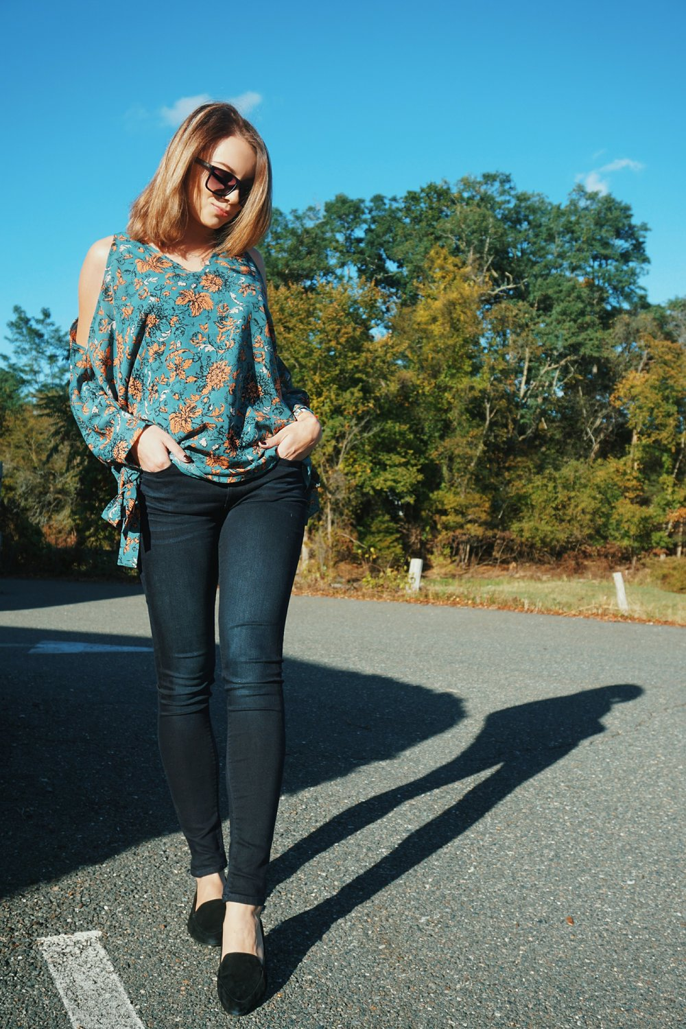 Autumn outfit inspiraton: blue floral top, dark jeans, black flats.
