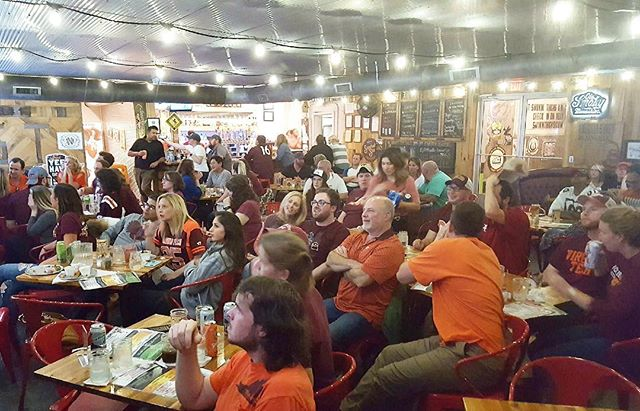 @smokinthighs was PACKED with maroon and orange last night... just the way we like it! Thanks to all those who came out 🔸🔺🔸