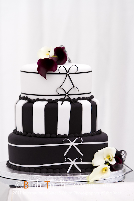 Black and white cake | Featured Bride Holly | Photography by Bihn Trin | www.borrowedandblue.kiwi