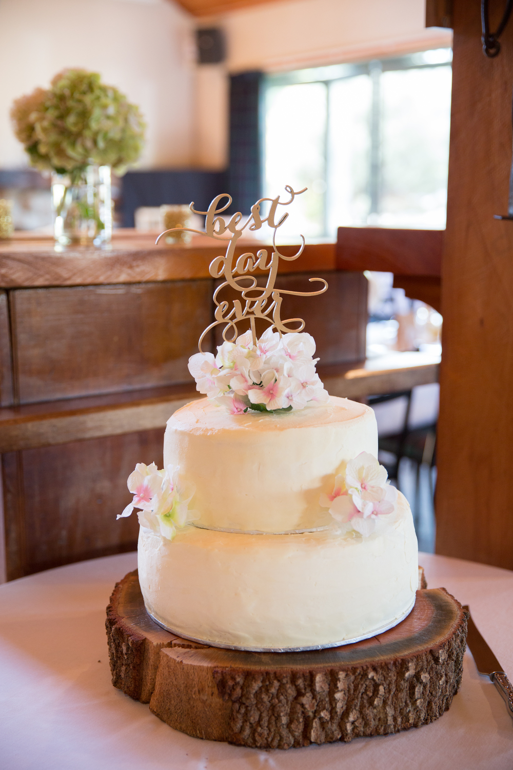 Rustic and gold wedding cake | Astra Bridal Bride Megan | Photography by Laura Ridley | www.borrowedandblue.kiwi