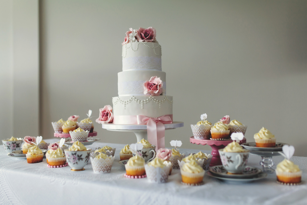 Wddding cake and cupcakes | Featured Bride Danelle's Vintage wedding | Photography by Tammy Pittwood | www.borrowedandblue.kiwi