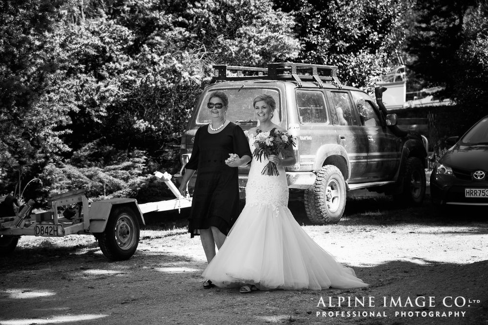 Astra Bride Hannah | Lakeside wedding | Maggie Sottero Cassandra | Hannah and her mother arrive |