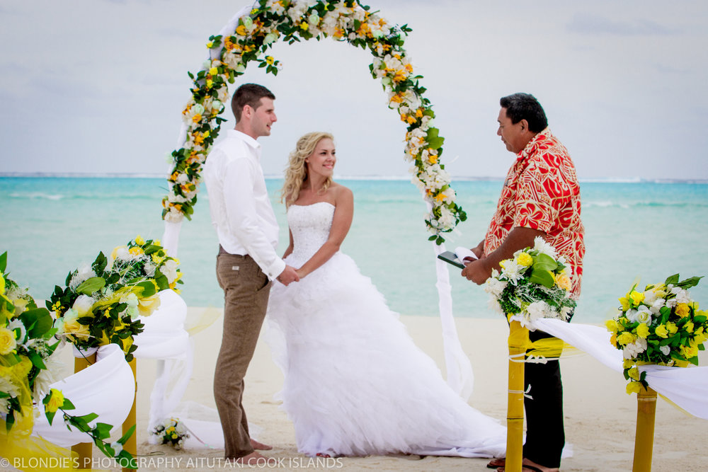 Astra Bride Bonnee | Christina Rossi gown | Aitutaki resort | Blondies Photography | Ceremonial arch |
