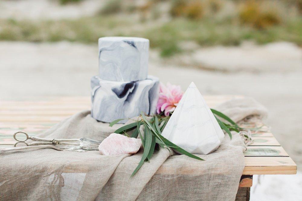 Wedding cake with marble look | Beach Boho On Location shoot | wedding dress from Asra Bridal | www.borrowedandblue.kiwi