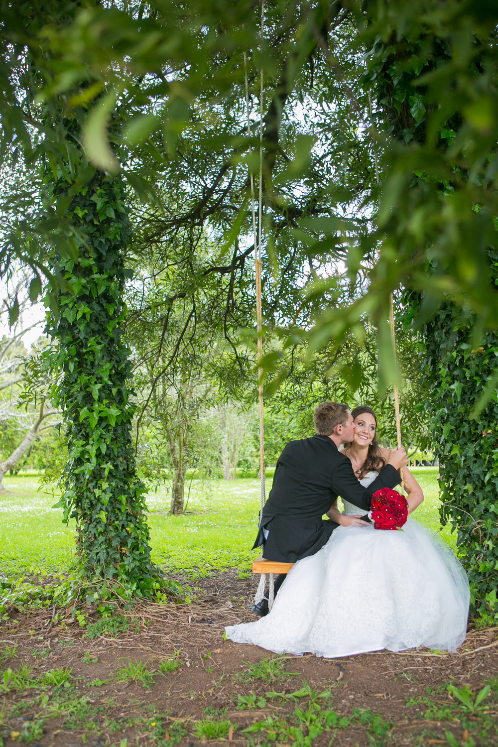 Bride and groom on the swing | Astra Bride Nicole | Bonny 6500 | Markovina Estate | Dreamlife Photography |