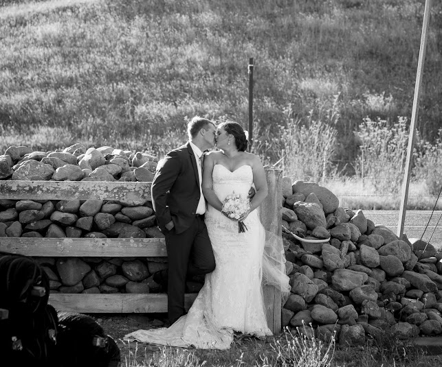 Kissing couple | Astra Bride Karla | Te Awa Winery wedding | Maggie Sottero Chesney | Ash PHotography