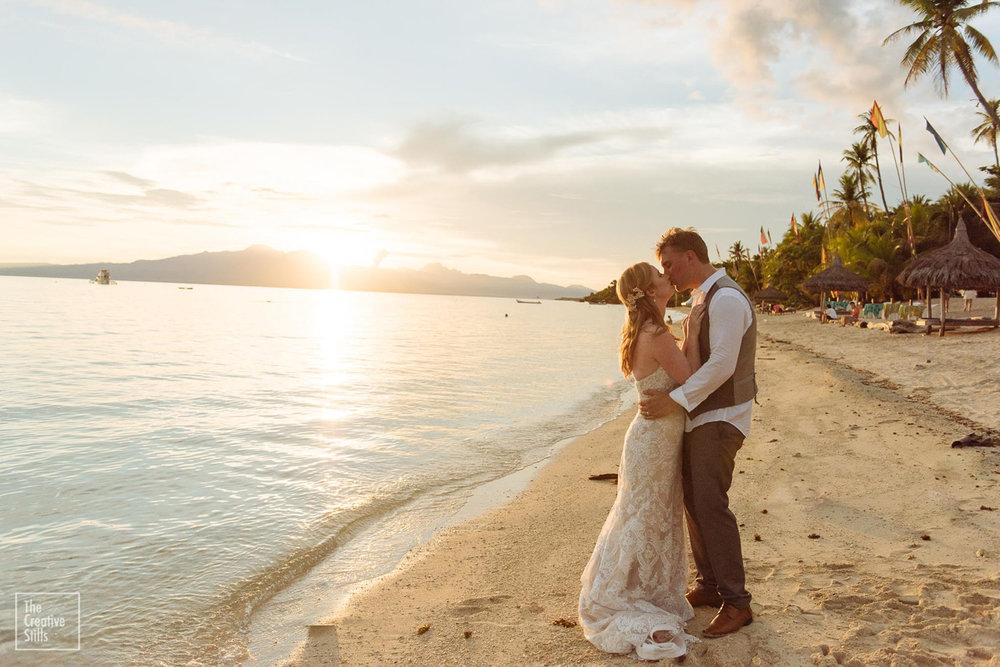 A kiss by the ocean | Astra Bride Krystal