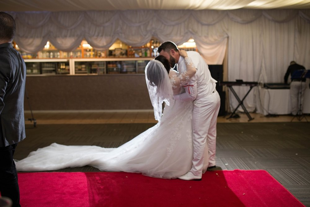 First Dance Kiss | Outlet Bride Marium
