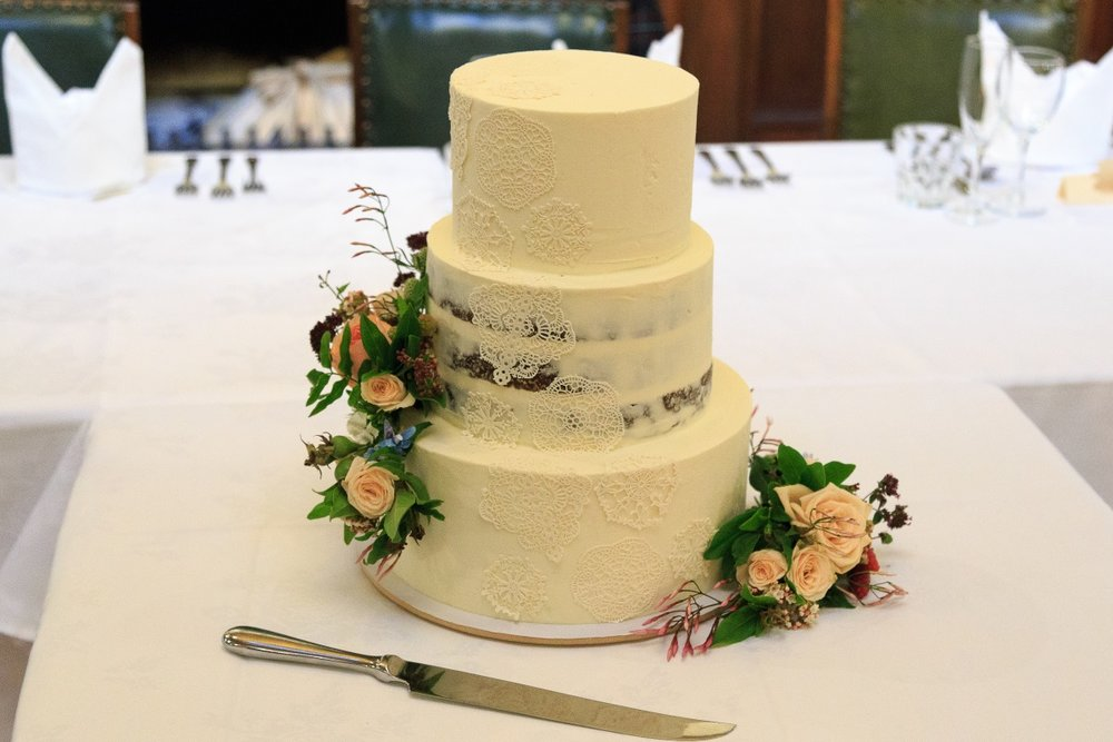 Classic wedding cake | Maggie Sottero | Astra Bridal | Vintage Wedding | Larnach Castle | Vanessa Adcock Photography