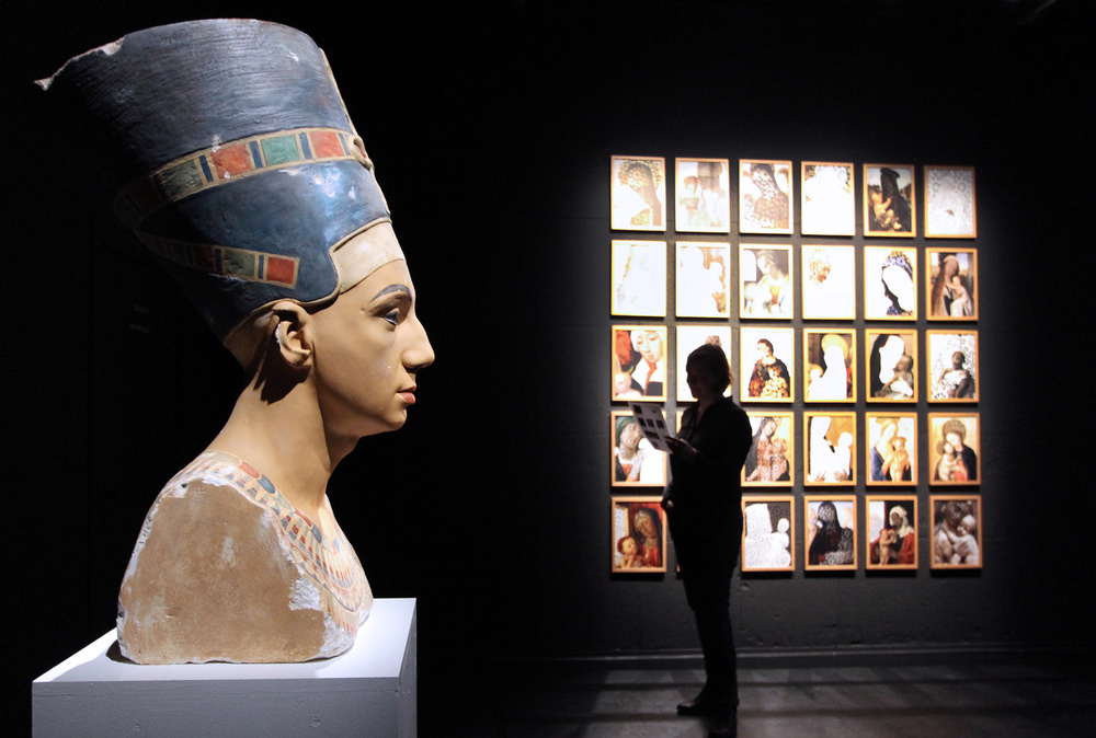 Mehdi-Georges Lahlou, I used to be Nefertiti plaster, gesmonite, polystyrene, paint 60 x 24 x 45 cm, 2014 - Courtesy the artist and Rabouan Moussion Gallery Paris