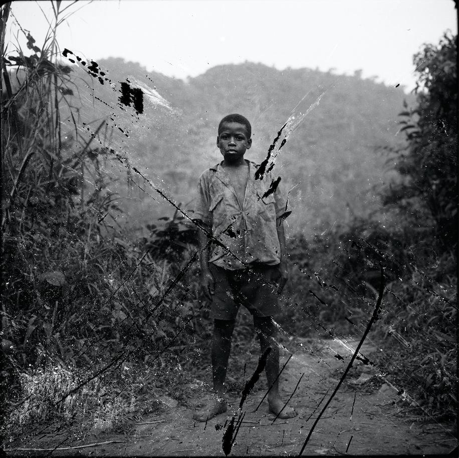 Jeune Pygmée chassé de la forêt primaire, ougande, 1996
