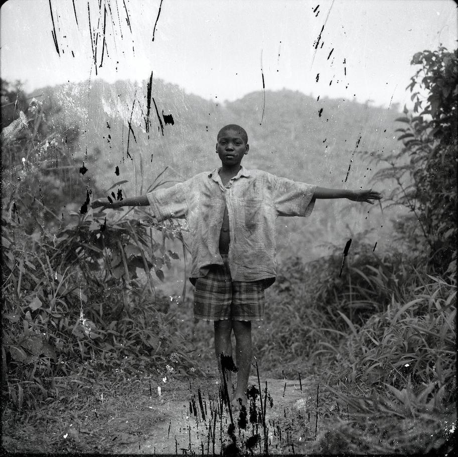 Jeune Pygmée chassé de la forêt primaire, ougande, 1996 - Courtesy the artist and Rabouan Moussion Paris