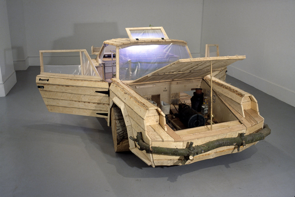 Shed/ Chalet, 2003, bois, outils de jardinage, plants de tomate, fertilisants, 429 x 165 x 130 cm, Collection Irish Museum of Modern Art, Dublin