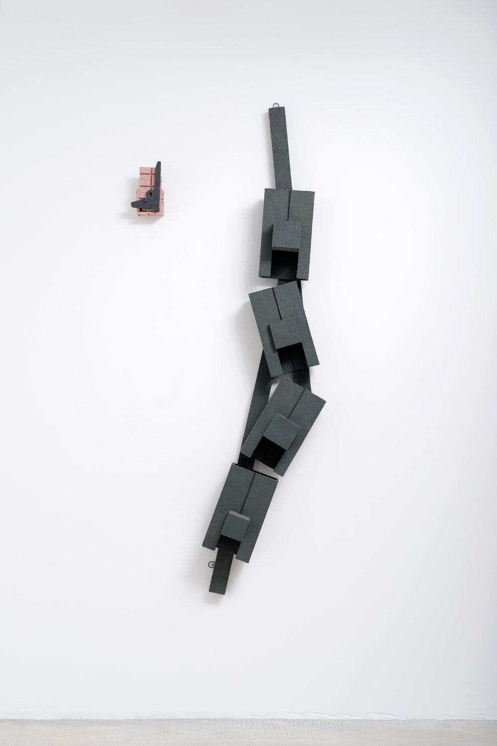 Ravine avec paquet de cigarette, 1995, Bois et marc de café, 182x27x20 cm