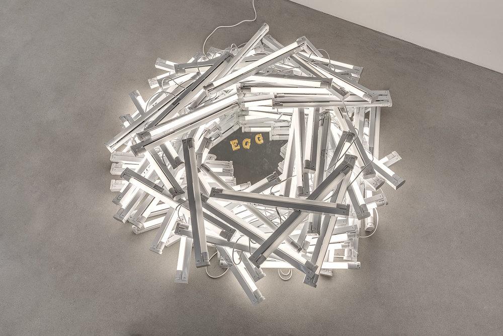 EGG, 2018  Nid composé de néons blancs allumés, au centre les trois lettres EGG dorées Dimensions variables  Courtesy the artist and Galerie Rabouan Moussion Crédit photo : Romain Darnaud