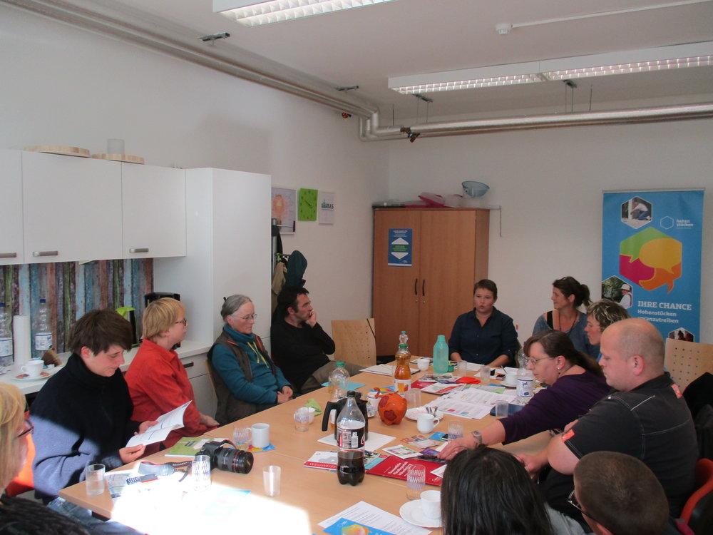 Frau Böer stellt die Aktivitäten des Flüchtlingsnetzwerks in der Stadt Brandenburg an der Havel vor.