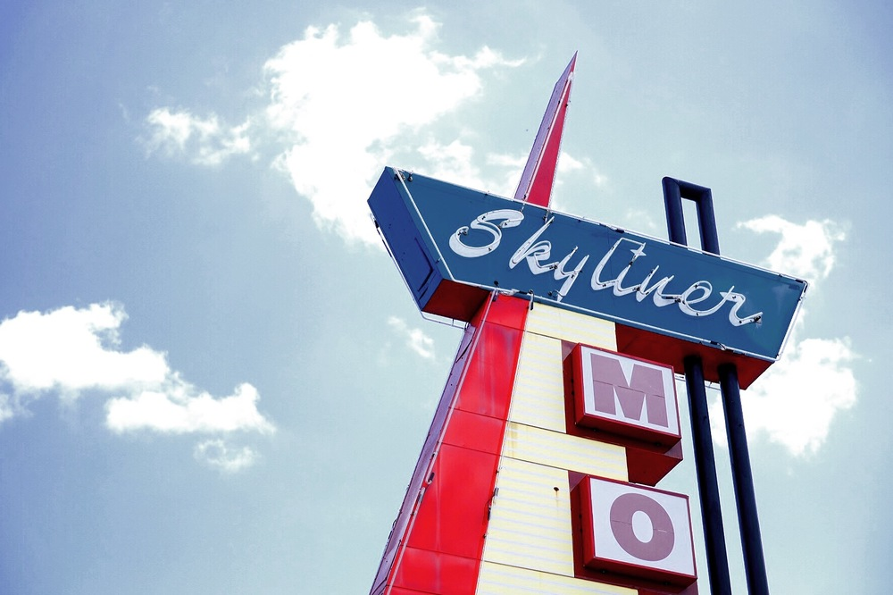 OOH... I immediately fell in love with the  Skyliner Motel  sign in Stroud, OK on Route 66!