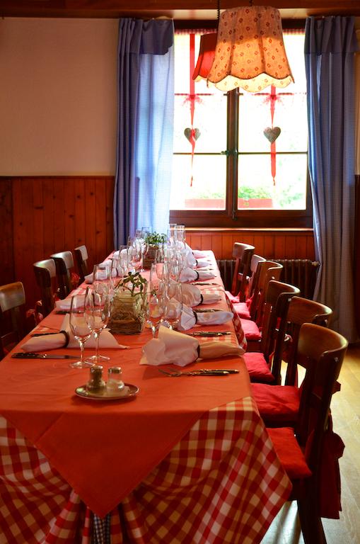 Rumpel_Gaststube_langer Tisch.jpg