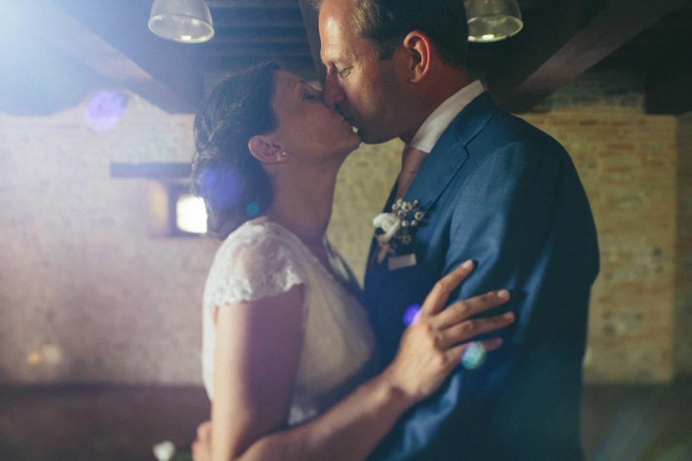 bride-groom-kiss-fleur.jpg